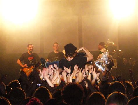 Stagediving – Wiktionary